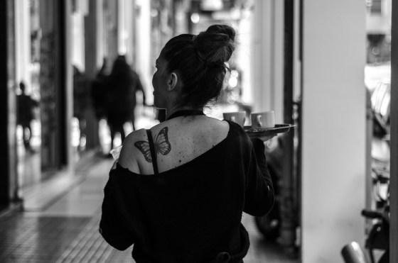 Servitør i Athen. Foto: Giacomo Gasperini/Flickr
