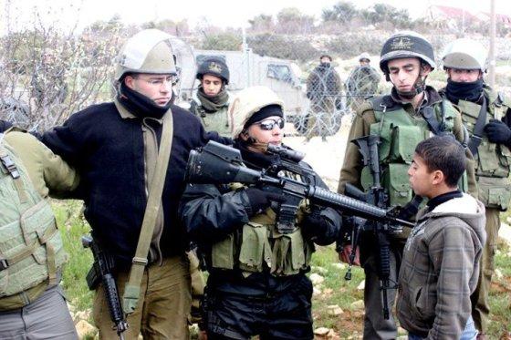 Soldat sikter mot 14 år gammel gutt. Foto: