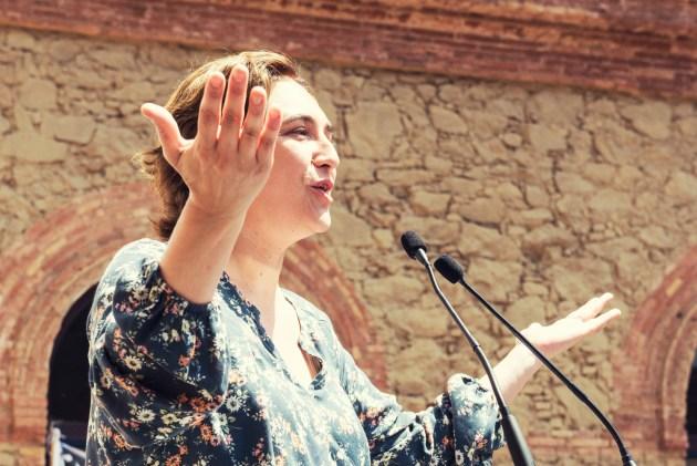 Barcelonas populære ordfører Ada Colau har mottat brev fra fattige innbyggere som vil hjelpe flyktnignene. Hun spør hvorfor de kan og sentralmakten ikke. Foto: Barcelona En Comú