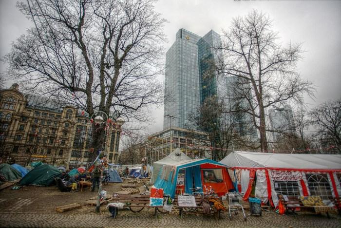 Protestleir blant bankene i Frankfurt. Foto: Heiko S