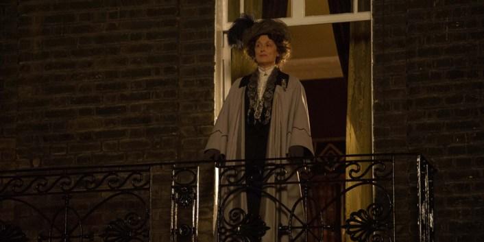 Feministen Emmeline Pankhurst, i Meryl Streeps sikkelse, holder tale. Foto: Filmweb.