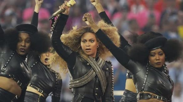 Beyoncé og danserne gjør Black Panter hilsen.