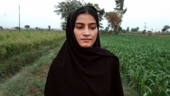 A Girl in the River. Saba er 18 år gammel og overlevde et drapsforsøk av sin egen familie.