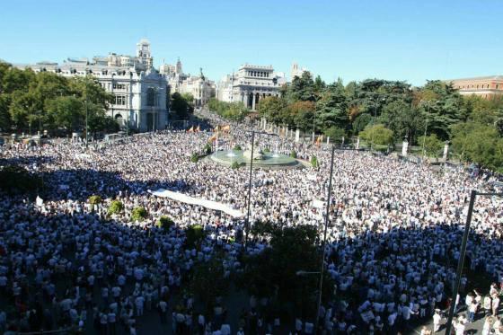 Stor demonstrasjon for dialog mellom partene i Barcelona lørdag 7.oktober 2017. Foto: Barcelona en Comú.