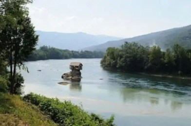 cute_lonely_house_in_the_middle_of_serbian_river_640_09-560x371