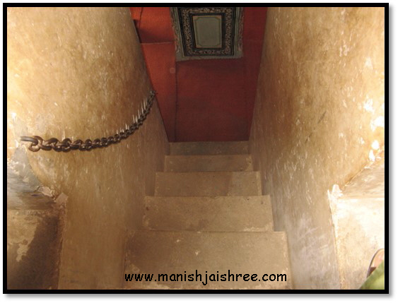 Stairs with ropes in Nawalgarh Poddar haveli