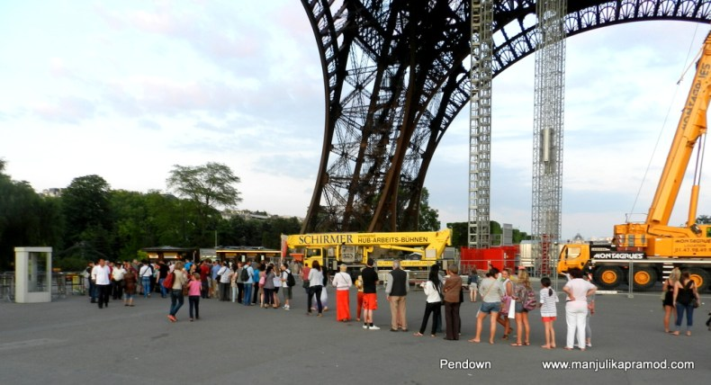 The queue to go to the top of Eiffel Tower