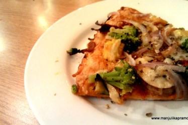 My plate of Pizza, California Kitchen Pizza, Food Blogger in Delhi