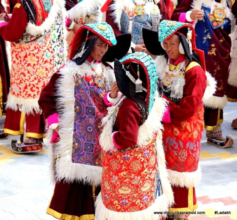 women-wearing-unique-accessories-in-ladakh