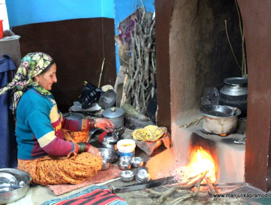 VILLAGE TOURISM : EATING A HEARTY MEAL IN A LOCAL's HOUSE