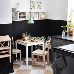 Täytä kahvinkeitin valmiiksi aamua varten ja valmistele aamiainen. Esimerkiksi puurohiutaleet voi mitata valmiiksi lautaselle ja smoothieainekset blenderinkulhoon jääkaappiin. Jos otat lounaan mukaan töihin, pakkaa sekin valmiiksi jo edeltävänä iltana.