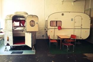Hostellissamme majoitutaan mökkeihin tai aitoa camper-tunnelmaa huokuviin asuntovaunuihin.