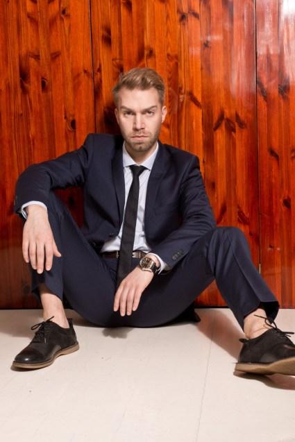 Puku, paita ja solmio Tiger of Sweden, kengät mallin omat, kello Emporio Armani