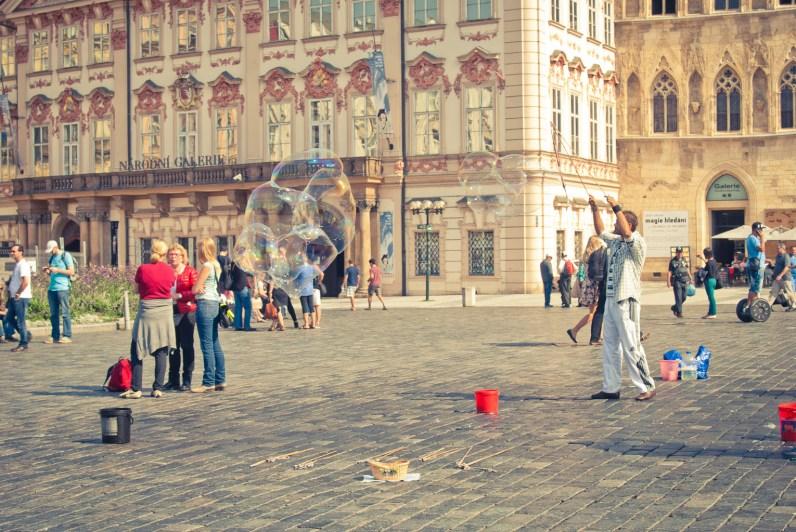 Prahan vanhankaupungin keskusaukiolla on paljon nähtävää.
