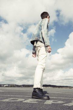 Valkoiset farkut ja vaaleansininen, kulunut farkkurotsi on yksinkertaisesti kesän tyylikkäin yhdistelmä. (Kuva: Nudie Jeans)