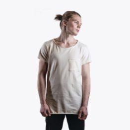 Skew on hyvä esimerkki Vaellan tyylistä. Paidasta löytyy kiinnostava kaula-aukko ja epäsymmetrinen tasku.