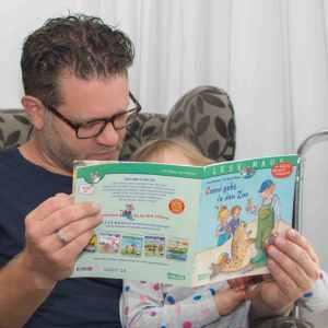 Papa liest Pixi Buch vor