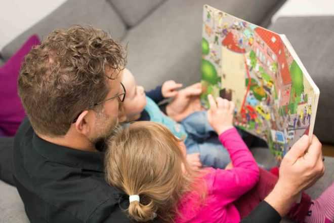 Papa liest seinen Kindern vor