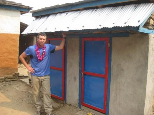 Nouvelles toilettes construites dans le village de Mahabir