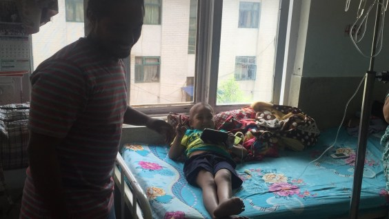 Rohan sur son lit d'hôpital. A ses cotés Safir Husain