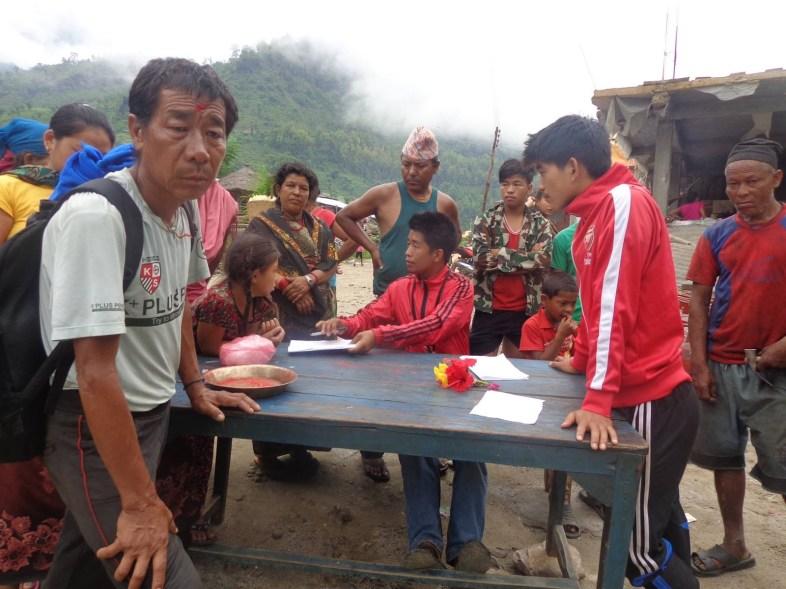 Purna (instituteur et partenaire de l'Association Manoj) aux commandes des livraisons. Il a fait appel à l'Association pour son village.