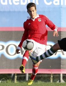 Joao Teixeira controla un balón con la camiseta del Benfica Foto: aovivo.slbenfica.pt