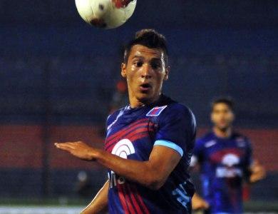 Rubén Botta pugna por un balón con la camiseta de Tigre Foto: taringa.net