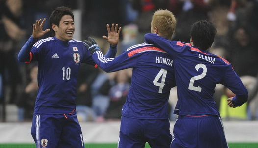 Japón celebra  un gol de Keisuke Honda Foto: camisetasdefutbolcn.com