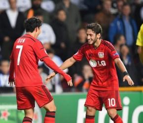 Son celebra el 2-3 con su asistente en el gol, Çalhanoğlu | Foto: UEFA
