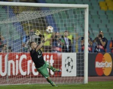 Moți atajó dos penaltis en una tanda histórica para los búlgaros | Foto: Svejo