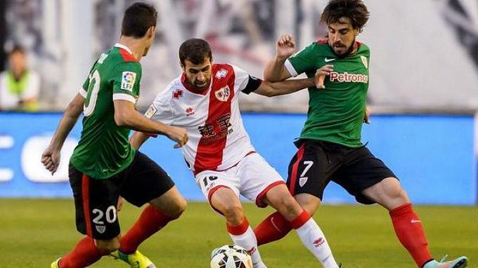 Beñat y Aduriz disputan un balón con Trashorras | Imagen vía http://bizkaia.eldesmarque.com/