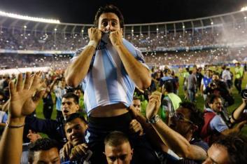 Milito celebra el título. (Foto: canchallena)