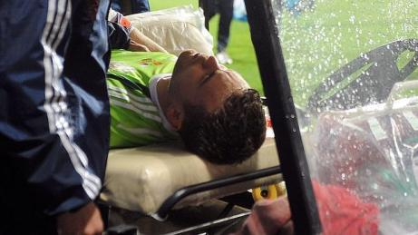 Akinfeev tras el impacto, abandonó el terreno de juego   Foto: abc.es