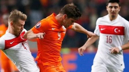 Huntelaar disputa el balón ante la presión turca Foto: uefa.com