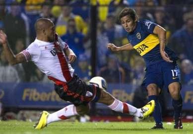 En imagen Meli, gran destacado en Boca, y Maidana (River) al corte en un lance del encuentro. (Goal.com)