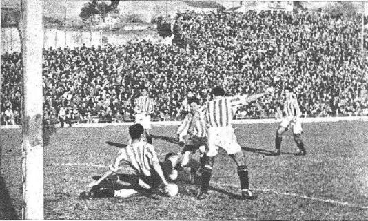 Fuente: Marca 3 de enero de 1945 Atlético Aviación-Betis El meta bético Casafont a los pies del delantero Campos