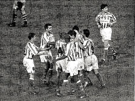 Fuente: ABC 3 de octubre de 1997. Celebrando el gol de Alexis