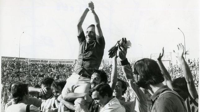 León Lasa a hombros en el Villamarín el 18 de junio de 1979 tras conseguir el ascenso