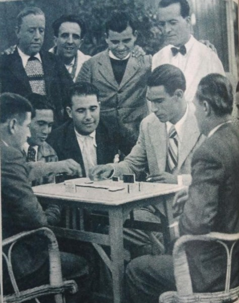 Entrevista Paquirri 1935 jugando al dominó (NMP) AS 9-12-1935