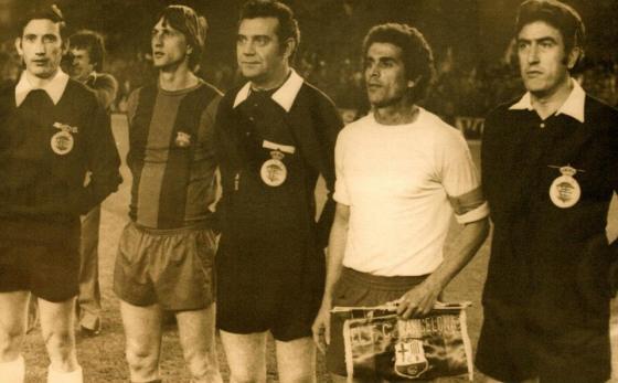 Johan Cruyff y Guillermo Hernández capinaes del FC barcelona y de la UD Las Palmas. Final Copa del Rey 19 de abril de 1978 en el Bernabéu