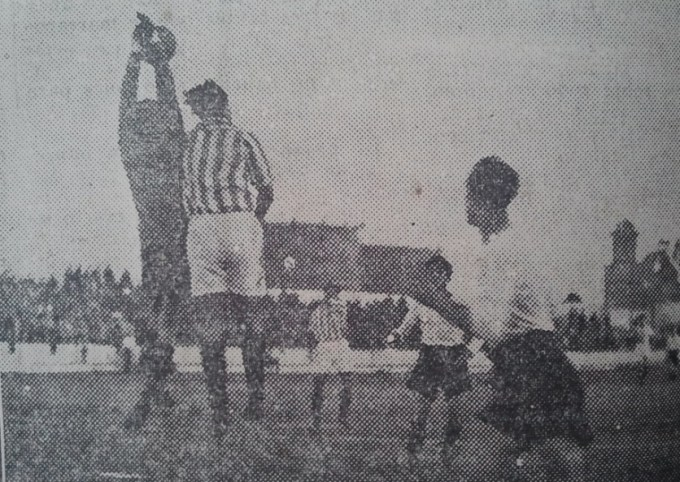 Fuente: El Liberal 12 de febrero de 1935. Unamuno saltando con el portero racinguista Pedrosa