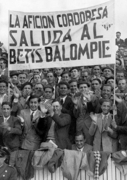 La afición cordobesa saluda al Betis Balompié 1935