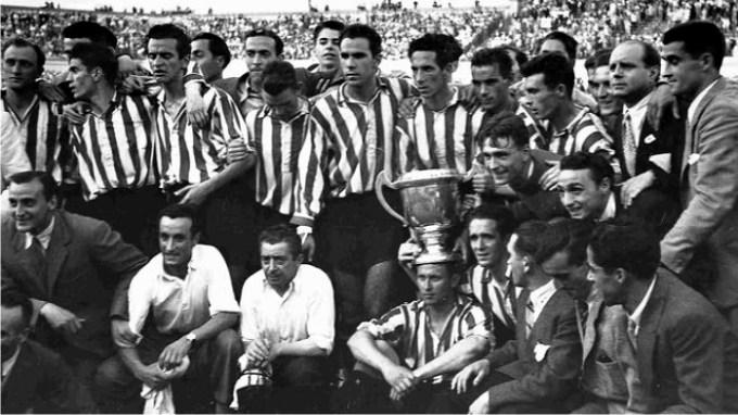 El Athletic Club celebra la victoria en la final de Copa de 1944 frente al Valencia