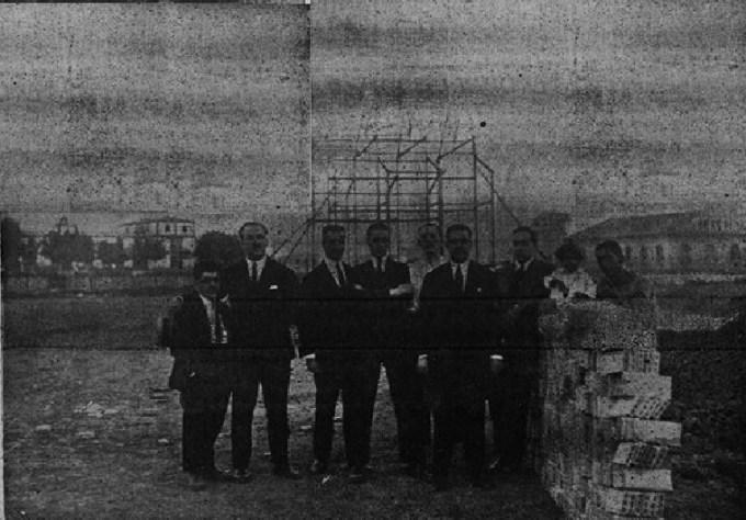 Grupo de directivos ante las obras de la caseta central