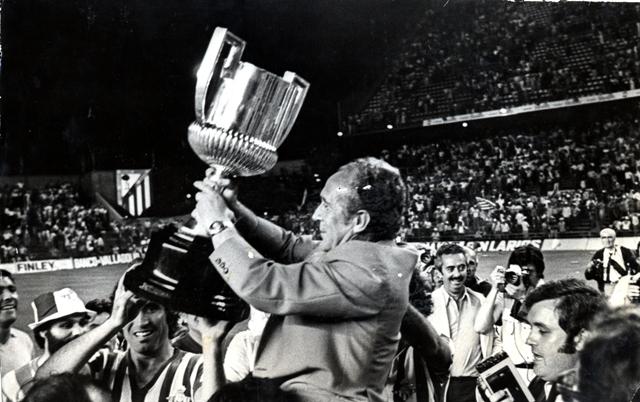 Rafael Iriondo levanta la Copa del Rey el 25 de junio de 1977 en el Calderón