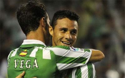 Rubén Castro volverá a formar arriba, pero Vega no llega a tiempo.
