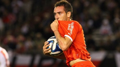 Federico Mancuello besando la camiseta de su equipo. (Foto: infobae.com)