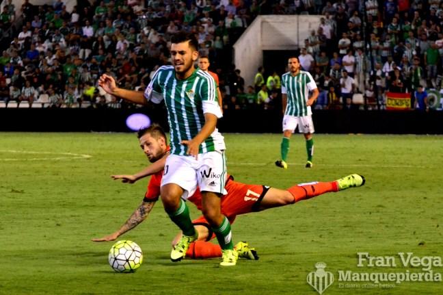 Ceballos sufre una entrada (Betis-Deportivo 15/16)