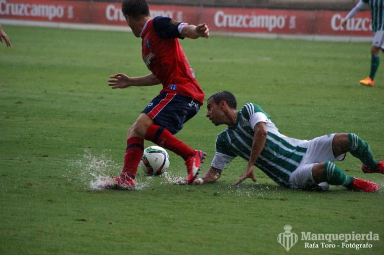 Rafa Navarro en una acción del Betis B - Recreativo jugado en la Ciudad Deportiva.