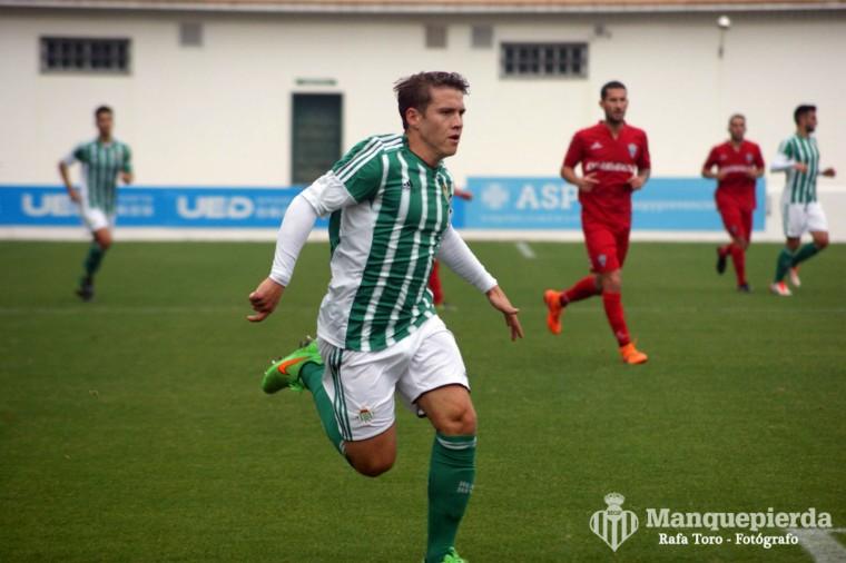 Juanma en una acción de la derrota contra Marbella en la primera vuelta.